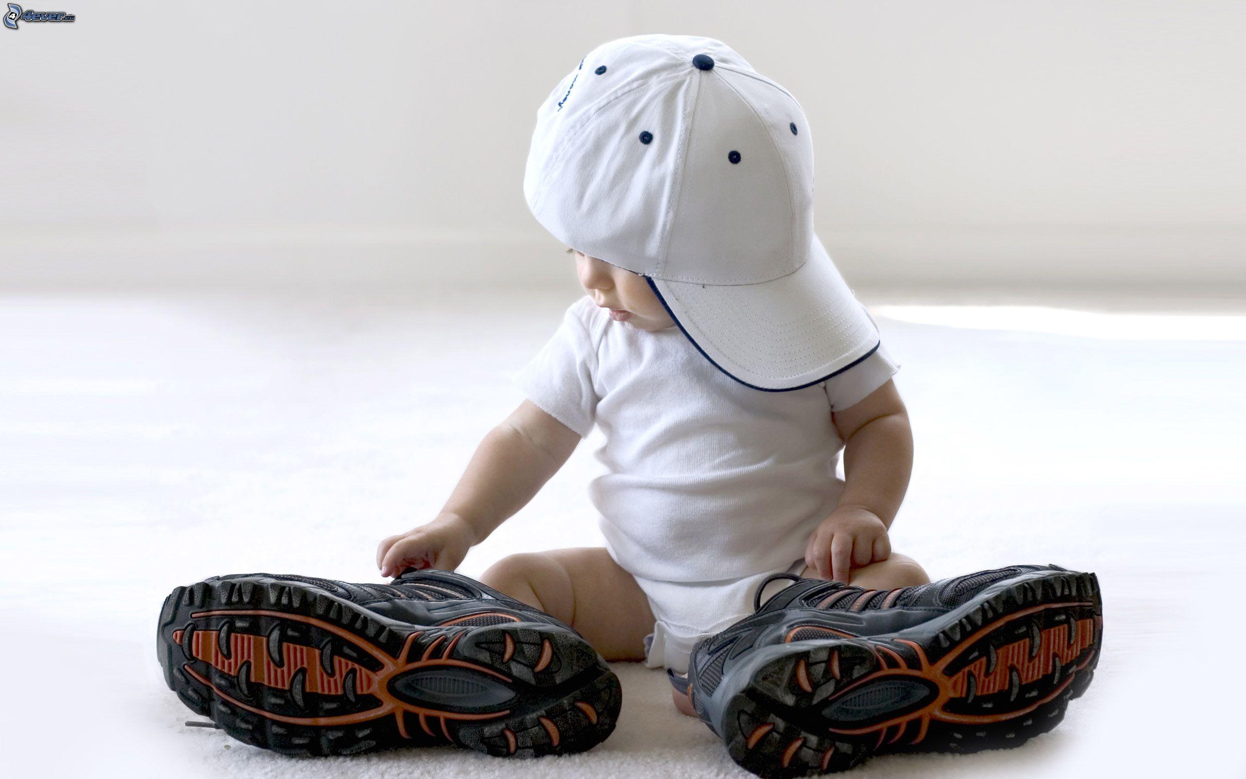 [bilder.4ever.eu] baby mit grossen schuhen 156383